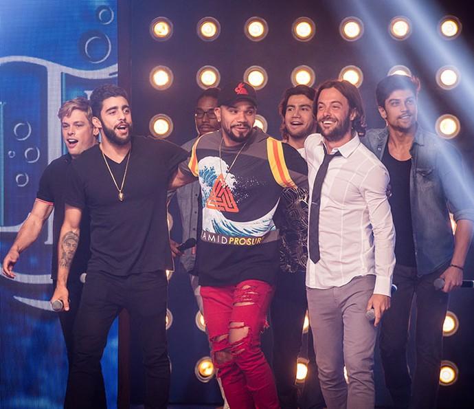 Homens do elenco também curtem a final do quadro do 'Caldeirão' (Foto: Paulo Belote/TV Globo)