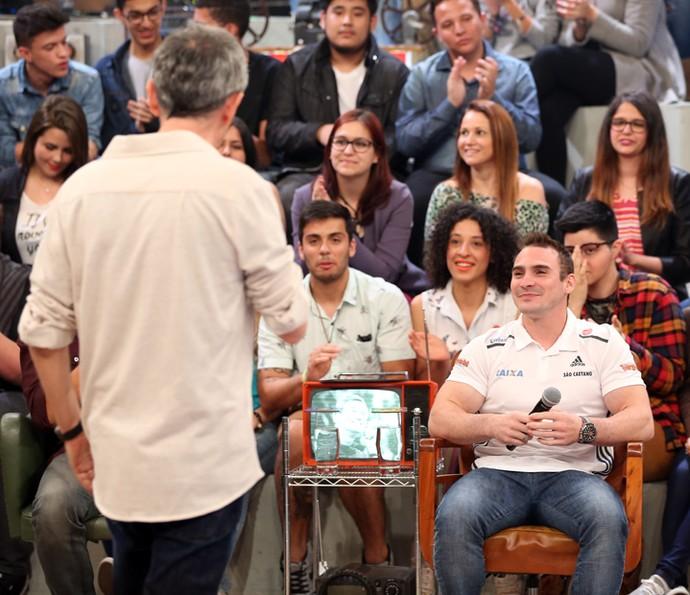 Serginho Groisman entrevista o ginasta Arthur Zanetti (Foto: Carol Caminha/Gshow)
