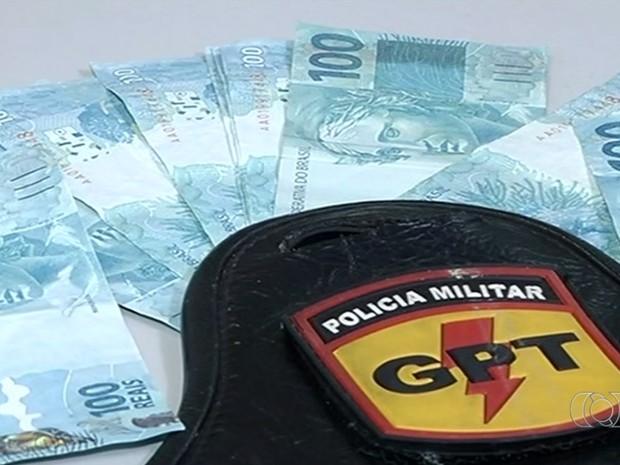 Polícia apreendeu R$1,4 mil em notas falsas em Itumbiara, Goiás (Foto: Reprodução/TV Anhanguera)
