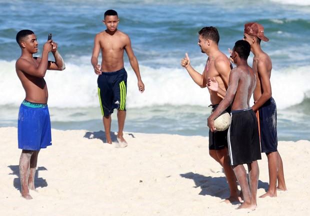Cauã Reymond posa com fãs (Foto: AgNews)