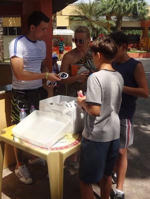 Esporte e Cidadania - mãe Débora Guerreira recebe informações sobre IMC dos filhos (Foto: Pedro Cruz/GLOBOESPORTE.COM)