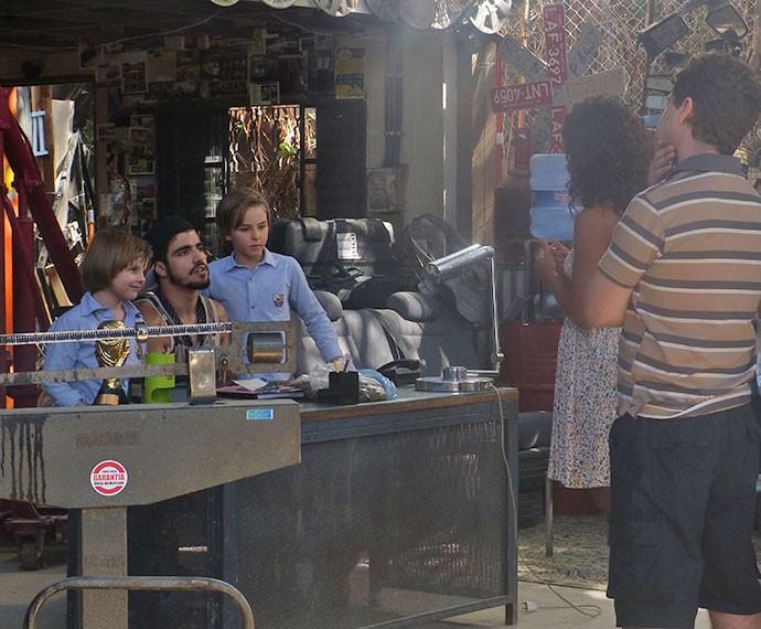 Lilica tenta ir embora com as crianças, mas Grego diz que eles são amigos e não deixa (Foto: Tatiana Helich/Gshow)