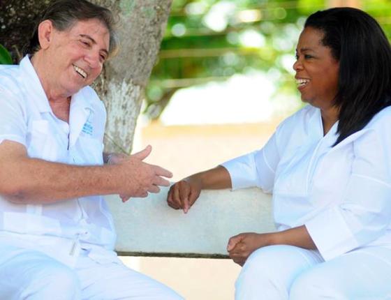 O médium e a apresentadora Oprah Winfrey: ela o entrevistou e comeu um prato de arroz, feijão e salada (Foto: Divulgação)