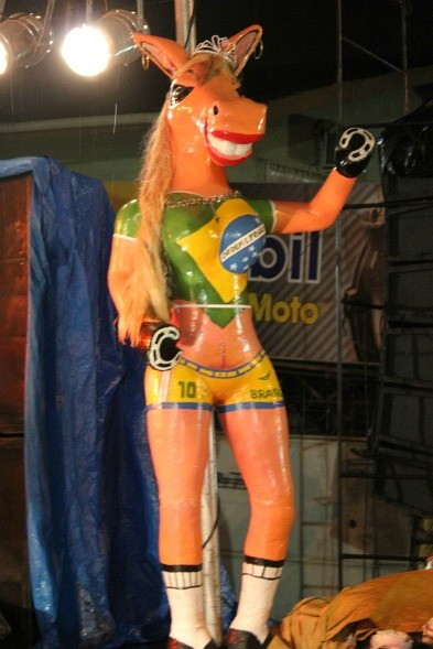Boneco ícone da festa é uma égua com corpo de mulher, segundo o empresário Vavá das Candongas (Foto: Tiago Melo/G1 AM)