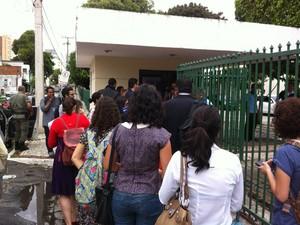 Advogados e estudantes entregam documento (Foto: Gioras Xerez/G1 CE)