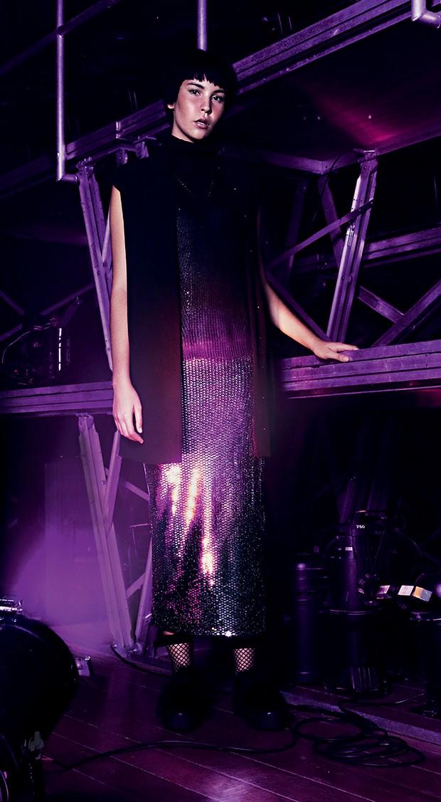 Lara usa: vestido Forever 21,  R$139,90, blusa Zibba, R$180, colete Forum, R$ 249, meia soquete arrastão Forever 21, R$19,90 e tênis com pelo Fiever, R$ 338  (Foto:  )