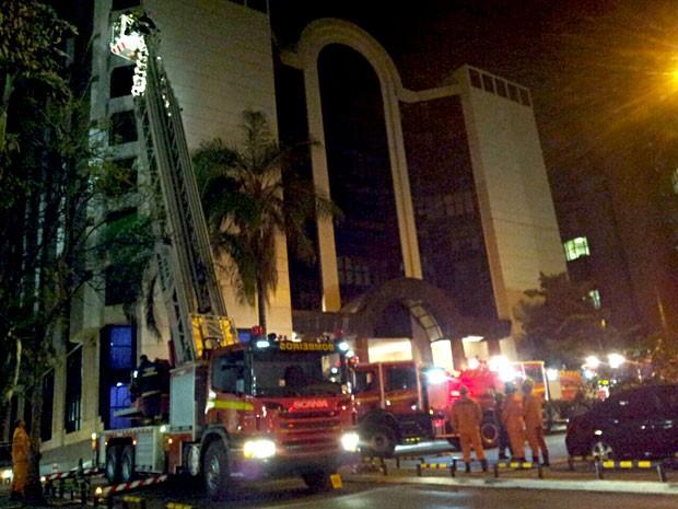 Bombeiros usam escada para conter fogo em prédio onde funciona comitê de Dilma Rousseff em Brasília (Foto: Vianey Bentes/TV Globo)