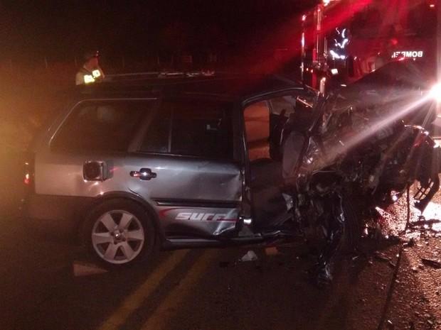 Veículos bateram de frente; um dos motoristas estava embriagado (Foto: Divulgação/ Polícia Rodoviária)