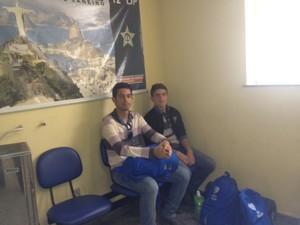 Jovens de Pernambuco foram registrar furto na manhã deste sábado (Foto: Tahiane Stochero/G1)