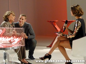 Karmita joga indireta para it-girl (Foto: Sangue Bom/TV Globo)