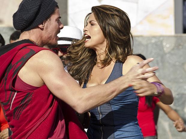 Irritada, Morena parte para cima de Beto e cobra os direitos de Júniro (Foto: Salve Jorge/TV Globo)