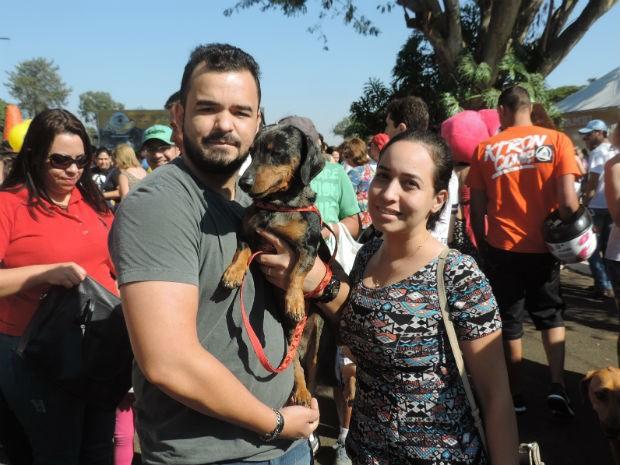 Kleiton Rodrigues Pereira participou do Estimacão com a esposa e o cãozinho Abobrinha  (Foto: Diogo Marques/G1)