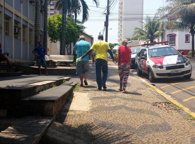 Família da jovem recebeu a notícia do homicídio na delegacia de Piracicaba (Foto: Thainara Cabral/G1)