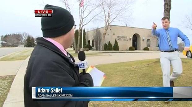 Adam Sallet estava fazendo reportagem ao vivo quando ladrão saiu correndo de banco (Foto: Reprodução/YouTube/KIMT)