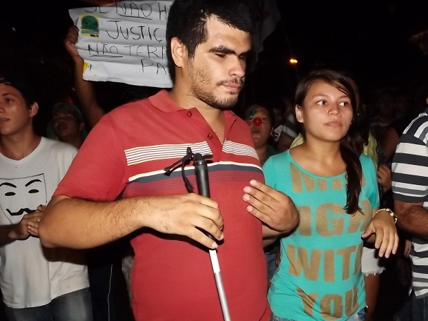 Rodrigo Almeida caminha na multidão, acompanhado da amida Adriana Lombar. (Foto: Gil Sóter/ G1)