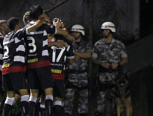 Leílson gol Vitória (Foto: Eduardo Martins / Ag. Estado)