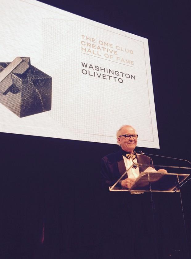 Washington Olivetto recebe o prêmio no palco (Foto: Divulgação)