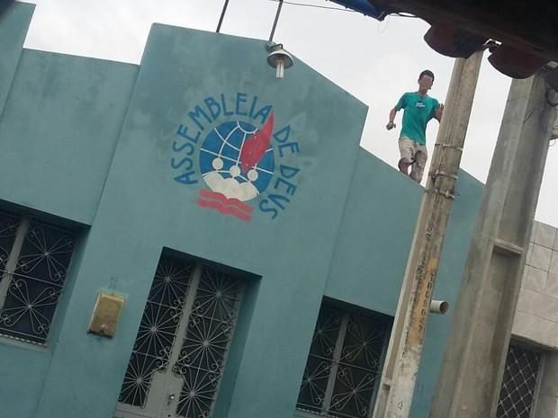 Homem foi flagrado com arma em cima de telhados, em Toritama (Foto: Divulgação/ Bepi)