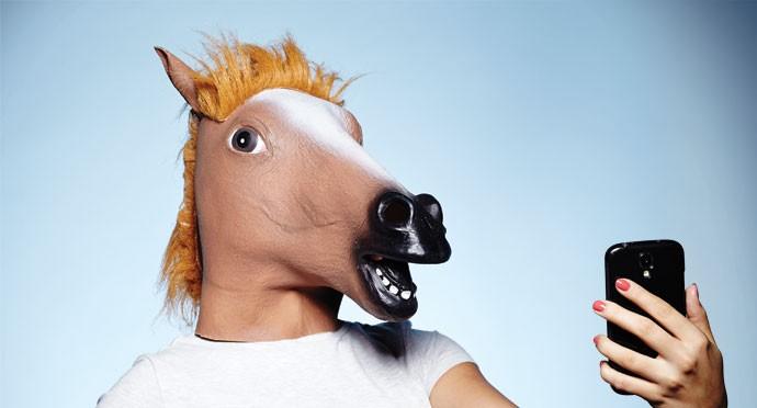 """CABEÇA DE CAVALO > A moda surgiu num livro que sugere um """"experimento social"""": fazer turismo vestindo uma cabeça de cavalo. A ideia chegou à rede através de um vídeo de Tom Green, apresentador canadense. (Foto: Victor Affaro)"""