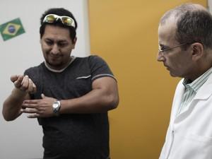 O paciente Raílson Tavares é observado pelo médico Marcelo de Rezende (Foto: Caio Kenji/G1)