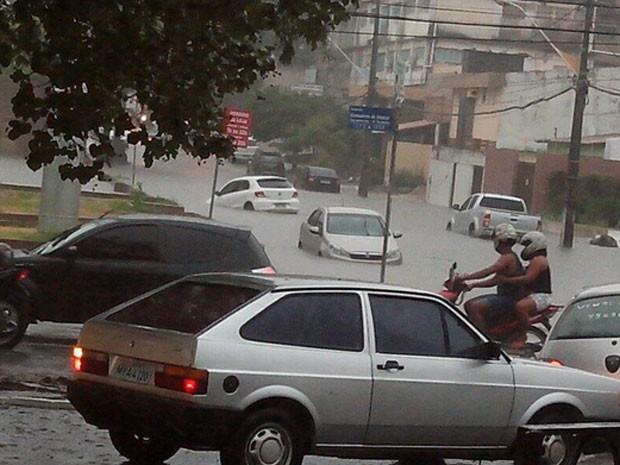 Carros são levados por chuva na tarde desta quinta (13), em Natal (Foto: Orlando Caldas)