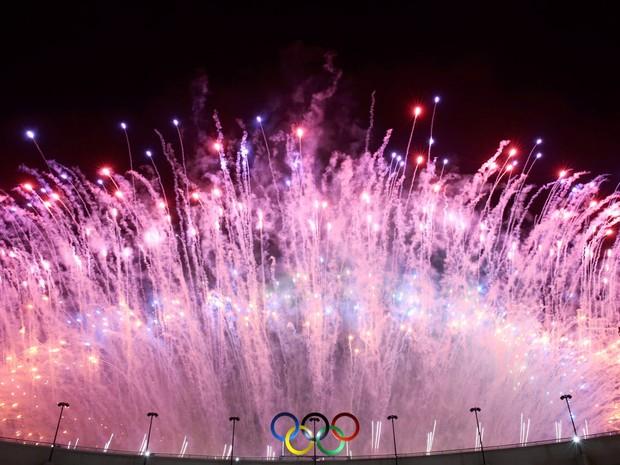 Fogos de artifício explodem durante o final da abertura dos Jogos Olímpicos Rio 2016 no estádio do Maracanã (Foto: Alkis Konstantinidis/Reuters)