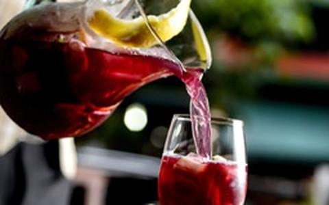 Sangria de frutas vermelhas com soda e prosecco