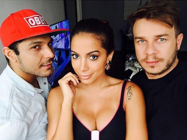 Anitta com o maquiador Renner Souza, e o cabeleireiro Thiago Fortes (Foto: Reprodução / Instagram)