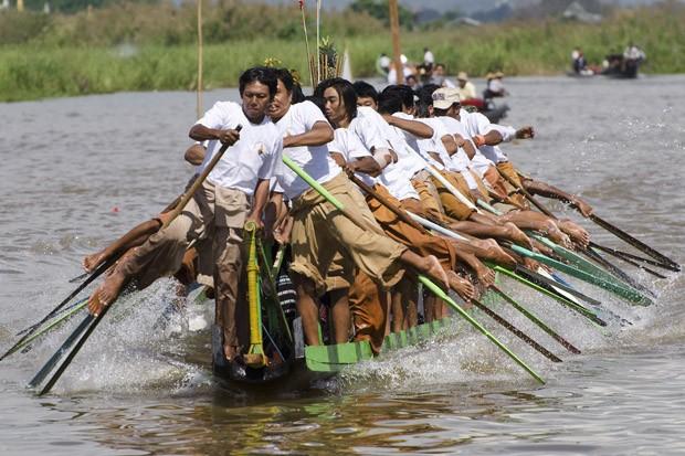 Durante as festas da pagoda Phaung Daw Oo em Thalay realiza-se uma competição entre canoas de diferentes vilarejos do lago (Foto: Haroldo Castro/ÉPOCA)
