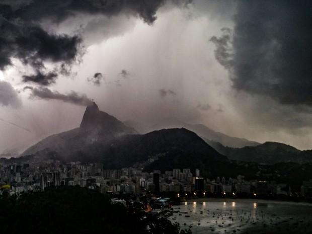 Vista do Pão de Açúcar mostra céu fechado no Rio (Foto: Rodrigo Gorosito / G1)