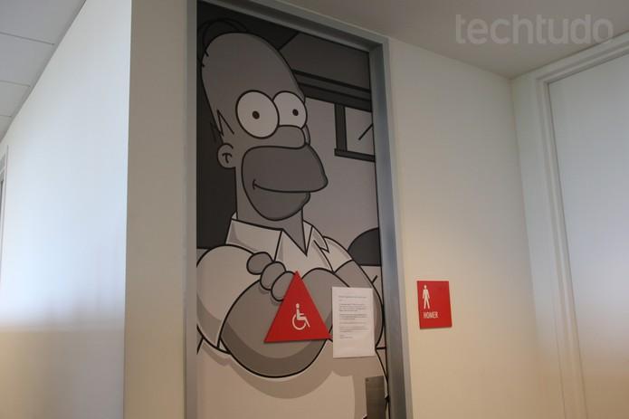 Nem o banheiro escapou da decoração temática. Homer Simpson manda um 'alô' (Foto: Isadora Díaz/TechTudo)
