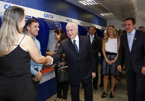 Michel Temer visita agência da Caixa Econômica Federal (Foto: Marcos Correa/PR)