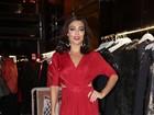 Juliana Paes arrasa com look vermelho em evento em São Paulo