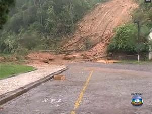 Chuva causa estragos na rua do Hotel Quitandinha (Foto: Reprodu��o / TV Globo)