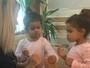 Dentinho ganha massagem nos pés das filhas gêmeas e de Dani Souza