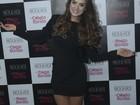 Com vestido preto curtinho, Rayanne Morais mostra as pernas