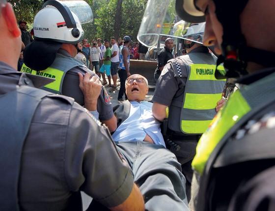 Eduardo Suplicy (PT), candidato a vereador em São Paulo, foi detido na manhã desta segunda-feira, 25, durante reintegração de posse na zona oeste (Foto: SÉRGIO CASTRO/ESTADÃO CONTEÚDO)