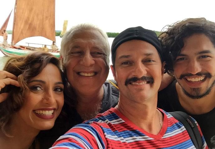 Gabriel Leone será filho da personagem de Camila Pitanga, em 'Velho Chico'. Na foto, o ator posa com a atriz, Marcelo Serrado e Antonio Fagundes (Foto: Arquivo Pessoal)