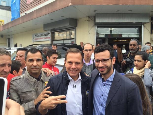 Doria tirou fotos com fãs em ruas da Zona Leste (Foto: Tahiane Stochero/G1)