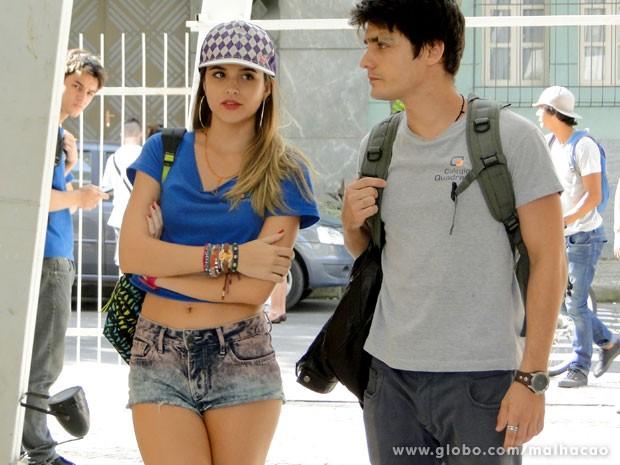 O namoro da dupla está deixando a galera do colégio intrigada (Foto: Malhação / TV Globo)
