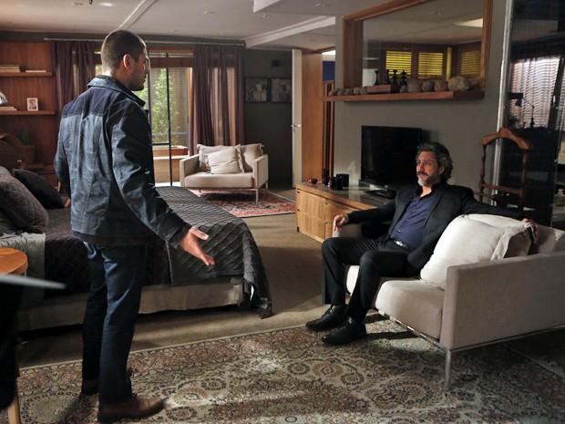 Lucas tenta questionar a decisão do pai  (Foto: Artur Meninea/TV Globo)
