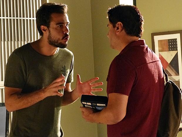 Enrico dá celular a funcionário e depois faz chantagem (Foto: Gshow)