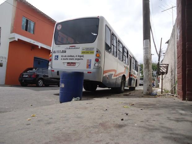 onibus prensa mulher em são pedro da aldeia (Foto: Heitor Moreira/G1)