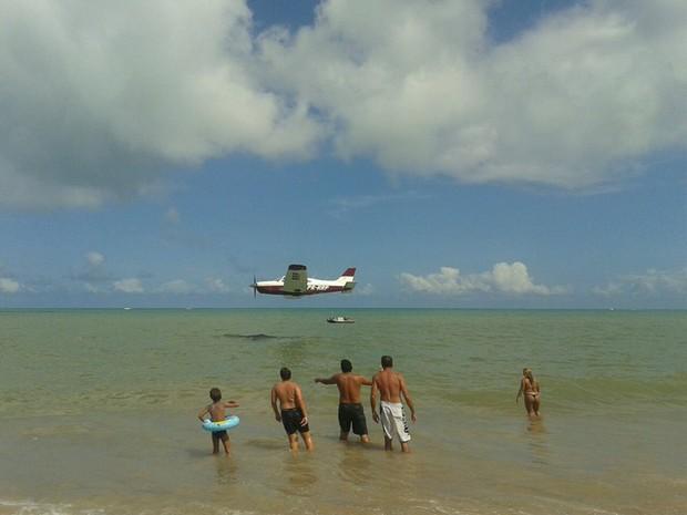 Banhistas se assustaram com aeronave que fez voos muito baixos na orla de João Pessoa no domingo (12) (Foto: Anne Nunes/ Arquivo Pessoal)