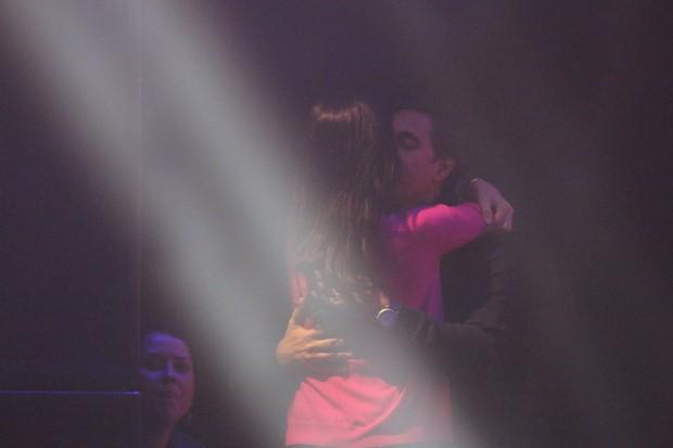 Lisandra Souto beija o namorado no show de Zezé Di Camargo e Luciano (Foto: Fred Pontes/Divulgação)
