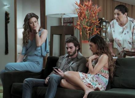 Ivana decide reunir a família para contar sobre a transição
