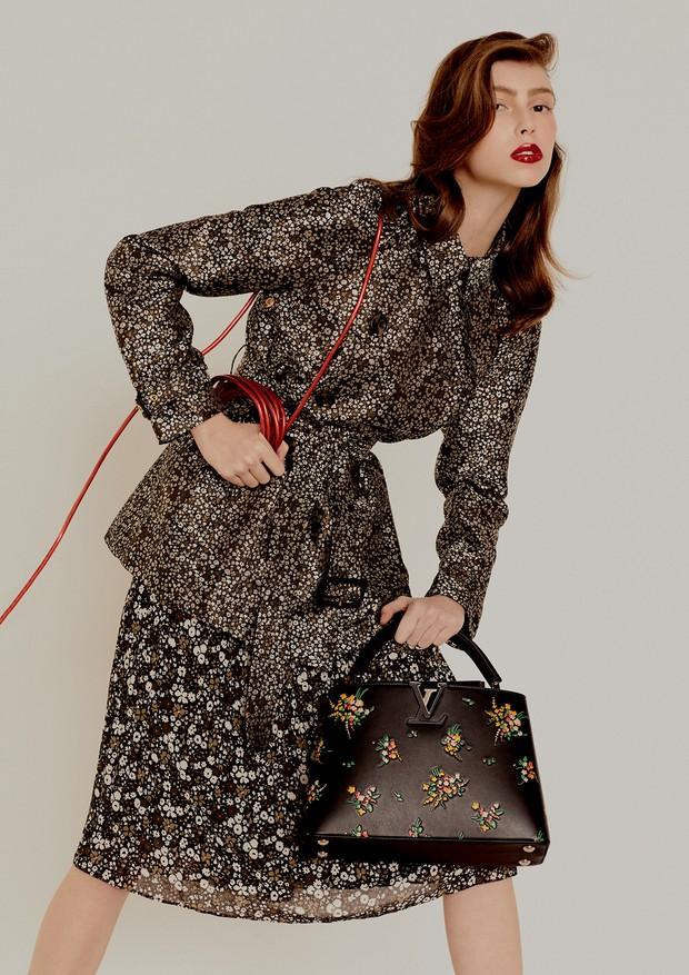 Trench coat, R$ 1.655, e saia, R$ 755, ambos Michael Kors. Bolsa, R$ 19.200, Louis Vuitton. (Foto: Rafael Pavarotti)