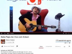 Cantor Huelinton Cadorini Silva, que forma a dupla sertaneja Edson & Hudson, conversou com fãs pela internet na noite desta quinta-feira (10) (Foto: Reprodução/Youtube)