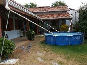 Morador usa piscina de vinil para armazenar e reutilizar água da chuva