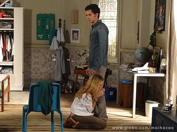 Sofia se ajoelha e tenta convencer Ben de que mudou para melhor (Foto: Malhação / TV Globo)